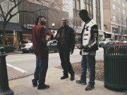 mężczyźni rozmawiający na ulicy