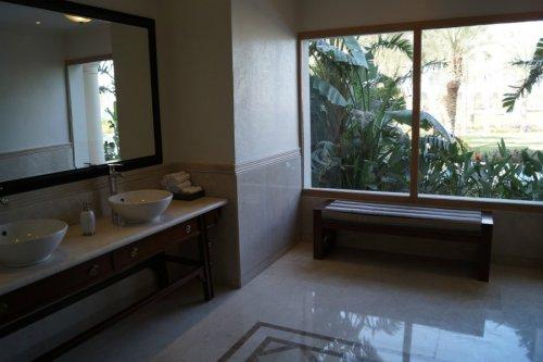 łazienka z dużym oknem